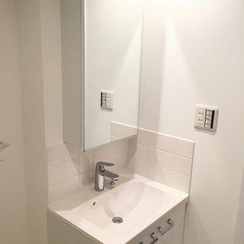 きれいな洗面台で朝もラクラク。※写真は1階の反転間取りの別部屋です。