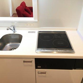 キッチンは掃除がしやすいIH。※写真は1階の反転間取りの別部屋です。