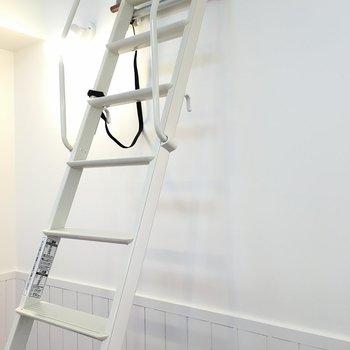 さぁ、2階に上がりましょう!!※写真は1階の反転間取りの別部屋です。