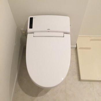 トイレも最新式で機能的。※写真は1階の反転間取りの別部屋です。