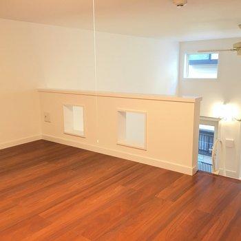 ロフトはも広くて普通に座れます。※写真は1階の反転間取りの別部屋です。