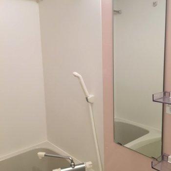 ピンクの壁がアクセント!!※写真は1階の反転間取りの別部屋です。