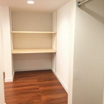 奥まで入るとこんな感じです。たくさん収納できますね。※写真は1階の反転間取りの別部屋です。