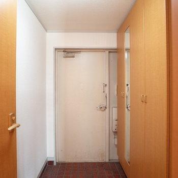 玄関のレトロな赤色タイルは、味がありますね・・・