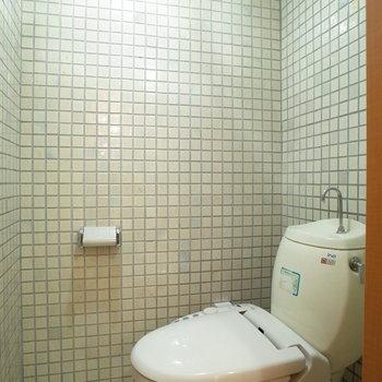 タイル張りのトイレは珍しい!!少しレトロな雰囲気。