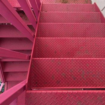 階段もピンクでした!もはやアート!