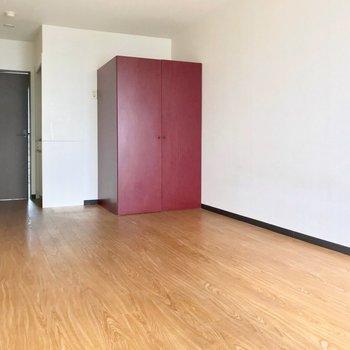 テラコッタのクローゼットの存在感よ。※写真は6階の反転間取り別部屋、清掃前のものです。