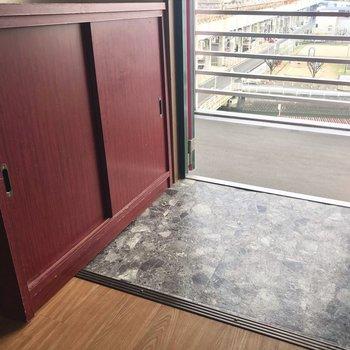 シューズBOXもテラコッタカラーで。※写真は6階の反転間取り別部屋、清掃前のものです。