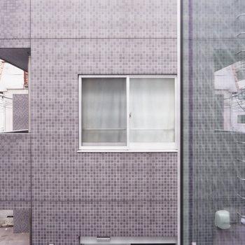 2階窓からの眺望はお向かいさん。