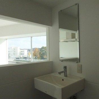 洗面台が浴室にあります※写真は同間取り別部屋のものです。