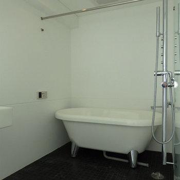 お風呂は黒のタイルでアクセント。※写真は同間取り別部屋のものです。