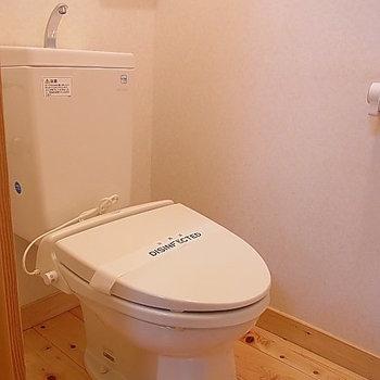 トイレもフローリング。 ※写真は、1階の同間取り別部屋のものです