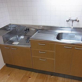 キッチンの規模がここまで大きいと、料理の幅が広がる ※写真は、1階の同間取り別部屋のものです