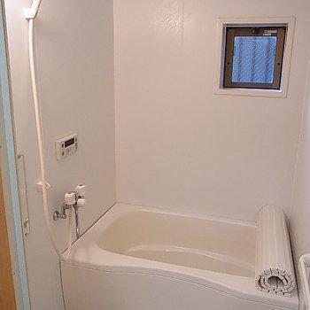 お風呂も清潔感あり。 ※写真は、1階の同間取り別部屋のものです