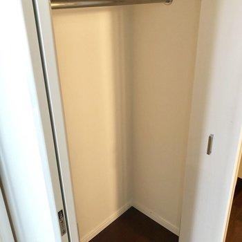 クローゼット。洋服をかけて収納できるので、シワになりにくいですね。※写真は反転間取りの6階別部屋、クリーニング前のものです。