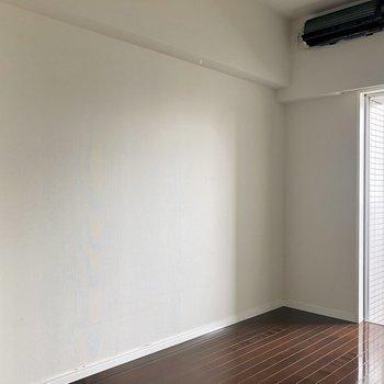 この壁に寄せてベッドを置きたいですね〜。※写真は反転間取りの6階別部屋、クリーニング前のものです。