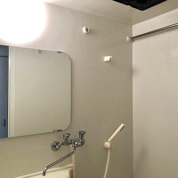 浴室の鏡が広い。※写真は反転間取りの6階別部屋、クリーニング前のものです。