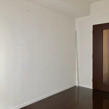 シンプルなお部屋。※写真は反転間取りの6階別部屋、クリーニング前のものです。
