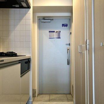 ゆとりのある玄関。※写真は反転間取りの6階別部屋、クリーニング前のものです。