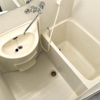 浴槽と洗面台が一緒のユニットタイプです。※写真は反転間取りの6階別部屋、クリーニング前のものです。