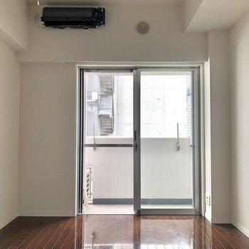 窓が大きいので、日中も明るいですよ。※写真は反転間取りの6階別部屋、クリーニング前のものです。