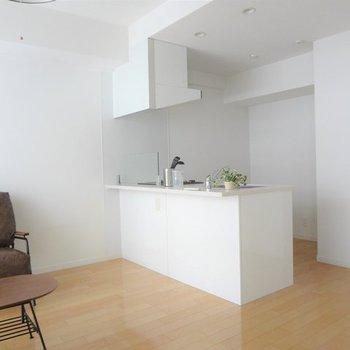 憧れ対面キッチンです♪※写真は5階の反転間取り別部屋のものです