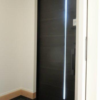 傘立ても置けそうな玄関。