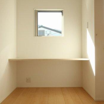 【洋室7帖】ここにテーブル。窓から光が入るのいいですね