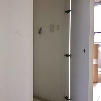 洗濯機置き場が扉で隠せて◎