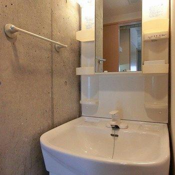 使いやすい広さの洗面台。※写真は4階の同間取り別部屋のものです