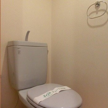 ブルーの落ち着くおトイレ※写真は4階の同間取り別部屋のものです