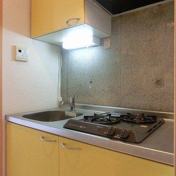 2口コンロのイエローキッチン。※写真は4階の同間取り別部屋のものです
