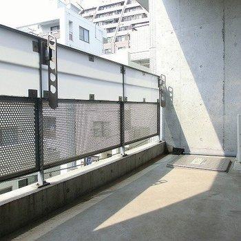 バルコニーは広めです。※写真は4階の同間取り別部屋のものです