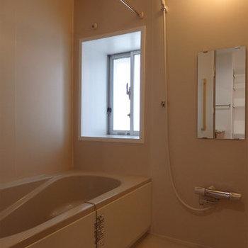 窓付きお風呂 ※写真はどう間取りの別部屋です。