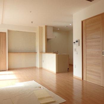 カウンターキッチンのあるリビング風景 ※写真はどう間取りの別部屋です。