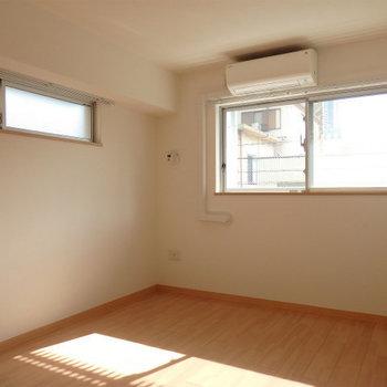 寝室2つめ。2面採光なのが素晴らしい ※写真はどう間取りの別部屋です。