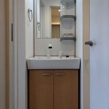 キッチンの左側には独立洗面台。