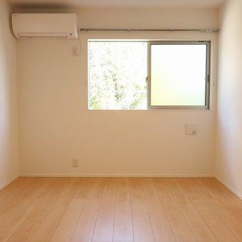 【洋室6帖①】窓側にベットを置いてもいいかも。※写真は別棟の同間取り別部屋のものです