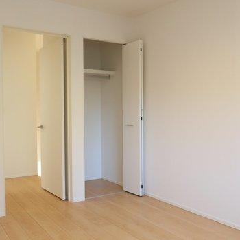 【洋室6帖①】こちらは少々コンパクトですが収納付※写真は別棟の同間取り別部屋のものです