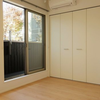 【洋室7帖】雨の日は室内に物干し竿をかけられます※写真は別棟の同間取り別部屋のものです