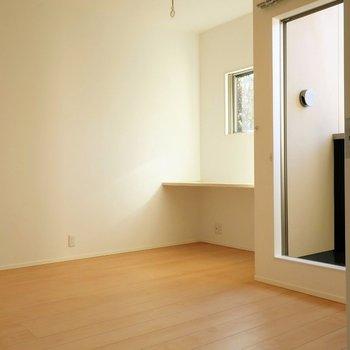 【洋室7帖】バルコニーのあるお部屋。※写真は別棟の同間取り別部屋のものです