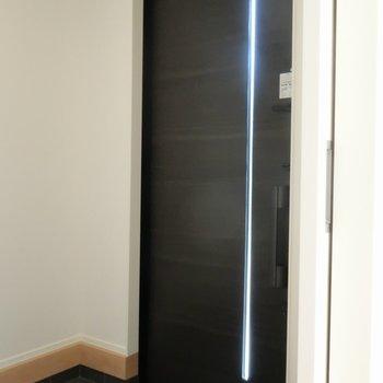 傘立ても置けそうな玄関。※写真は別棟の同間取り別部屋のものです
