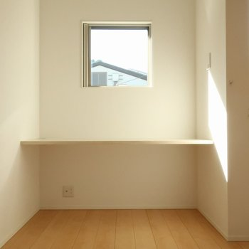 【洋室7帖】ここにテーブル。窓から光が入るのいいですね※写真は別棟の同間取り別部屋のものです