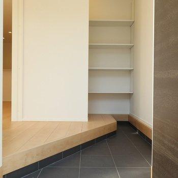 シューズボックスはオープンタイプ※写真は別棟の同間取り別部屋のものです