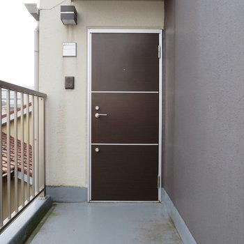 茶色のドアがかわいいですね