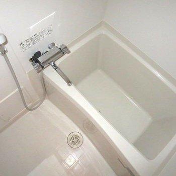 お風呂もゆっくり浸かれそうです※写真はフラッシュを使用して撮影しています