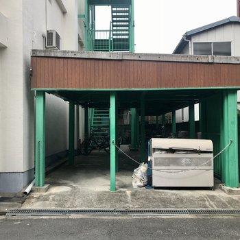お部屋横の階段を降りると、駐輪場とごみ箱がすぐ!