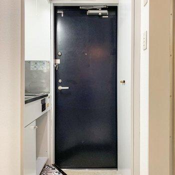 タイルの色に合わせたブルーの扉が素敵。