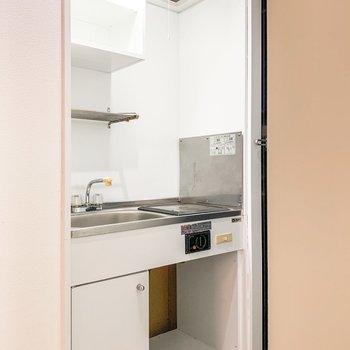 キッチンの下にはコンパクトな冷蔵庫を。