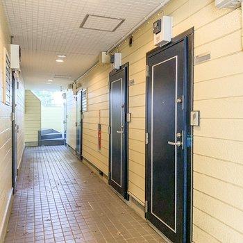 お部屋の前の廊下です。クロスと扉のコントラストが◎